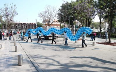 I-CONO: un pattern blu di 2.500 recipienti di plastica e acqua